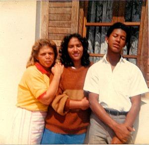 Da esquerda para a direita: F. (a viúva), N. (a vizinha do Luís) e eu.